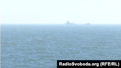 Російські катери ФСБ за кілька кілометрів від теплохода «Капітан Чусов»