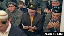 Мешітте отырған татар ақсақалдары. (Көрнекі сурет)
