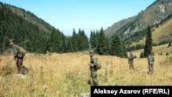 Военные прочесывают территорию Аксайского ущелья. 18 августа 2012 года.