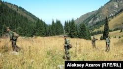 Военные прочесывают местность после известия о массовом убийстве в Иле-Алатауском национальном парке. Алматинская область, 18 августа 2012 года.
