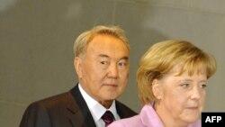 Президент Казахстана Нурсултан Назарбаев и канцлер Германии Ангела Меркель. Берлин, 3 февраля 2009 года.