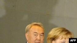 Президент Казахстана Нурсултан Назарбаев и канцлер Германии Ангела Меркель прибыли на пресс-конференцию. Берлин, 3 февраля 2009 года.