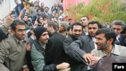 حضور احمدی نژاد در دانشگاه امیرکبیر و واکنش دانشجویان انعکاس گسترده ای در روزنامه های ایران داشت.