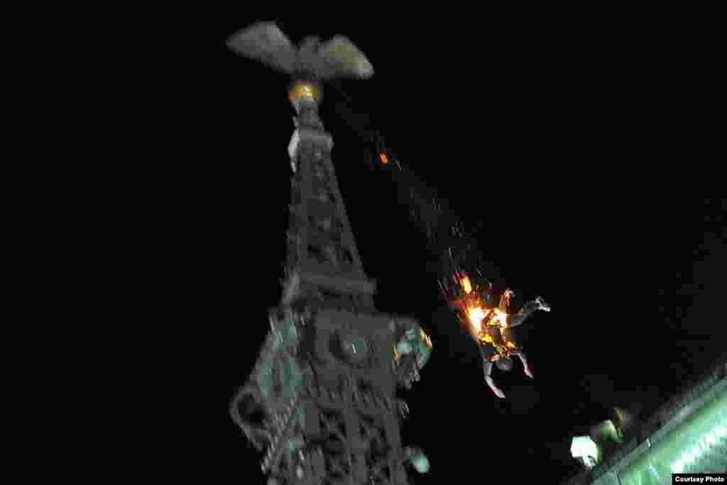 1-е место / Горячие новости / одиночные фотографии Петер Лакатос, Венгрия, MTI Прыжок самоубийцы, Будапешт, Венгрия, 22 мая 2010.