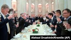 Джузеппе Конте (третий справа) и Владимир Путин (третий слева) после переговоров в Риме, Италия, 4 июля 2019 года