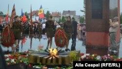 """Socialițtii depun coroane de flori la memorialul """"Eternitate""""."""