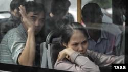 Орусия -- Кармалган мыйзамсыз мигранттар автобуста. Москва, 15-август, 2013.