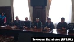 Мирбек Мияров (первый слева) среди представителей Народного координационного совета. 7 октября 2020 года.