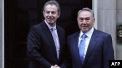 Ұлыбританияның сол кездегі премьер-министрі Тони Блэр (сол жақта) мен Қазақстан президенті Нұрсұлтан Назарбаев. Лондон, 21 қараша 2006 жыл.