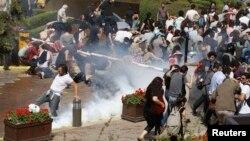 استفاده از گاز اشک آور علیه معترضان در استانبول.