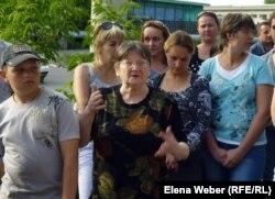 Ученики школы каратэ и их родители выступают на митинге в защиту права на здание клуба. Темиртау, май 2012 года.