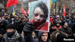Ուկրաինա - ՆԳՆ-ի մոտ բողոքի ցույցի մասնակիցները պարզել են ծեծի ենթարկված լրագրող Տատյանա Չորնովիլի լուսանկարը, Կիև, 25-ը դեկտեմբերի, 2013թ․