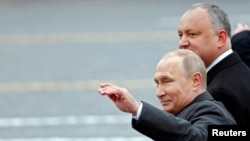 Igor Dodon (stânga) și Vladimir Putin la parada de 9 Mai din 2017