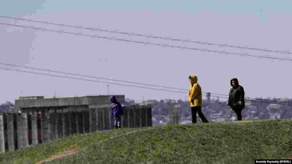 Всупереч рекомендованій самоізоляції, окремі містяни вибираються на зольники погуляти з дітьми