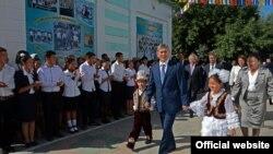 """Президент Алмазбек Атамбаев на церемонии начала учебного года в СШ №82 в жилмассиве """"Ала-Тоо"""", Бишкек, 3 сентября 2013 года."""