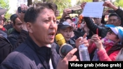 Житель Алматы Калас Нурпеисов выступает на акции протеста. Алматы, 1 мая 2019 года.