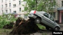 Pamje e një druri të rrëzuar nga stuhia e djeshme në Moskë