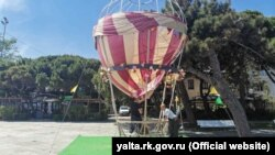 Поврежденный воздушный шар на набережной Ялты