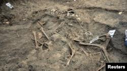 Rămășițe umane descoperite de arheologi într-un mormânt comun al evreilor uciși de trupele române în timpul celui de-Al Doilea Război Mondial într-o zonă forestieră din apropierea satului Popricani, aproape de Iași. Mai mult de 100 de evrei bărbați, femei, copii și persoane în vârstă au fost aruncați în groapa comună