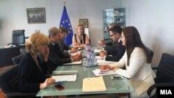 Еврокoмесарот Јоханес Хан му го предаде извештајот на Прибе на вицепремиерот Бесими.