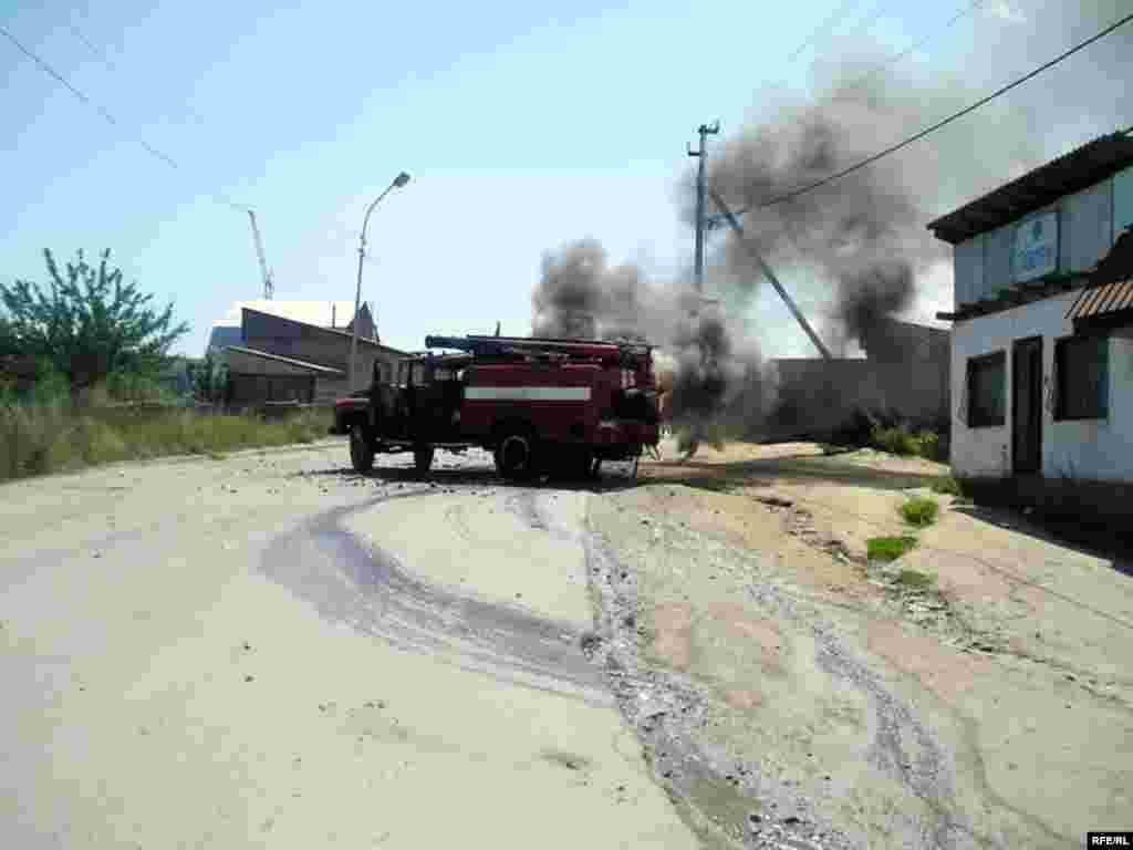 На дороге осталась машина пожарная машина, которую подожгли местные жители.