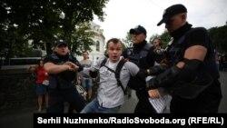 Поліція відтісняє чоловіка, що намагався перегородити дорогу учасникам ходи