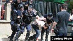 Policia arreston Kurtin. (Foto: Vetëvendosje)