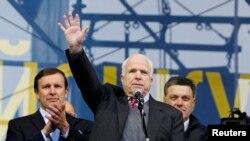 Senator John McCain Kiyevdə aksiyaçıları salamlayır. 15 dekabr 2013