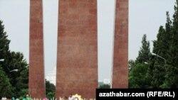 Aşgabat, Ikinji Jahan Urşunda wepat bolanlara dikilen ýadygärlik