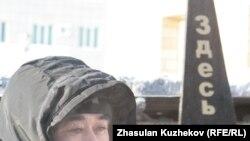 Зейнеткер Мейірман Жазылбеков Конституция баптарын «жерлеу» рәсімінде. Астана, 25 желтоқсан 2010 жыл.
