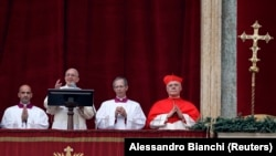 Поп Франсис дар Ватикан ҳангоми фиристодани паёми солона