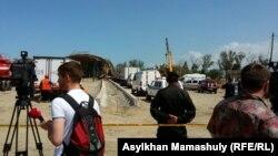 Представители СМИ на месте обрушения строящейся дорожной развязки. Алматы, 24 апреля 2015 года.