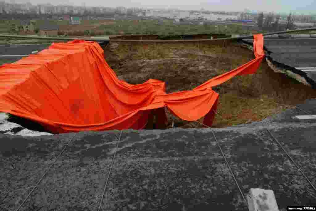 Фатальна яма на Євпаторійській об'їзній накрита шматком брезенту