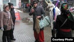Бандарэнка — павадыр Казы — калядаваньне на Цэнтральным рынку, 2014 год