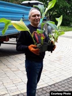 10 мая на акции в поддержку Олега Сенцова и других политзаключенных Игорь Козловский сажал цветы в одном из киевских парков