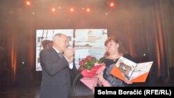 Žena Milana Levara, Vesna, na dodjeli nagrade