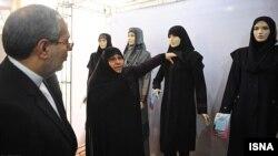 Иран үкіметінің мемлекеттік қызметтегі әйелдерге ұсынған киім үлгілері. Тегеран, 22 ақпан 2012 жыл.