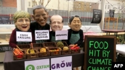 Oxfam Polşada etiraz aksiyası keçirir