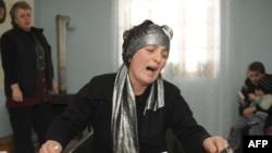 Վրաստան -- Զոհված մարզիկի մայրը՝ Դոդո Խարազիշվիլին Բակուրյանիի սգում է որդու մահը, 14-ը փետրվարի, 2010թ.