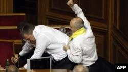Украина оппозициясының депуттары билік партиясының депутаттарымен төбелесіп жатыр. Киев, 24 мамыр 2012 жыл