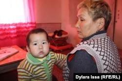 Жанбота Боранбаева с внуком.