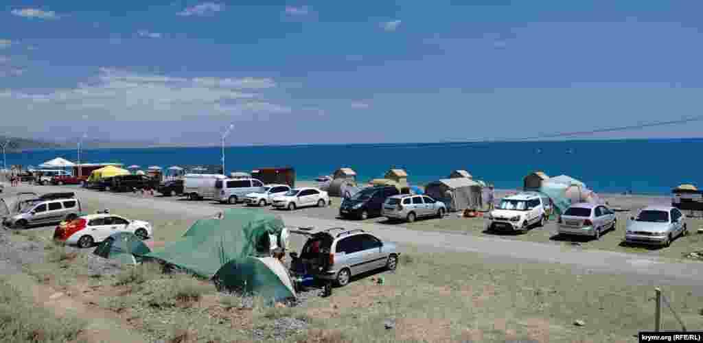 В Рыбачьем приезжие автотуристы разбивают палаточный лагерь уже не первый год