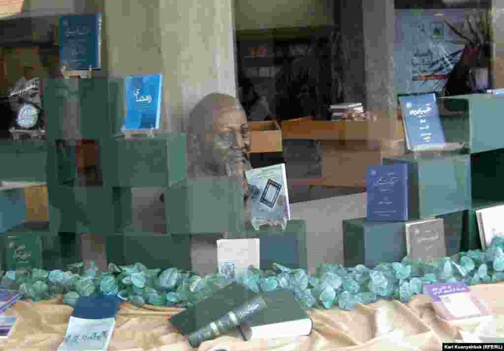 Иран ұлттық кітапханасындағы Абайдың мүсіні. Тегеран, 28 қыркүйек 2010 жыл.