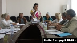 Райхангуль Амирбекова (в центре) и группа пенсионеров на приеме в офисе президентской партии «Нур Отан». Алматы, 30 июля 2010 года.