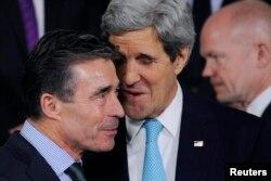 Secretarul general NATO Anders Fogh Rasmussen (stânga), şeful diplomaţiei americane, John Kerry (centru), şi ministrul de externe britanic, William Hague, la reuniunea de la Bruxelles, 1 aprilie 2014