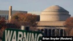 Будівля Массачусетського технологічного інституту (MIT) у Кембриджі, штат Массачусетс, США