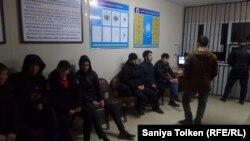 Жители Жанаозена в городском управлении полиции. 13 марта 2019 года.