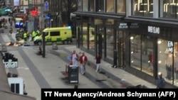В центре Стокгольма грузовик въехал в толпу; есть погибшие и раненые