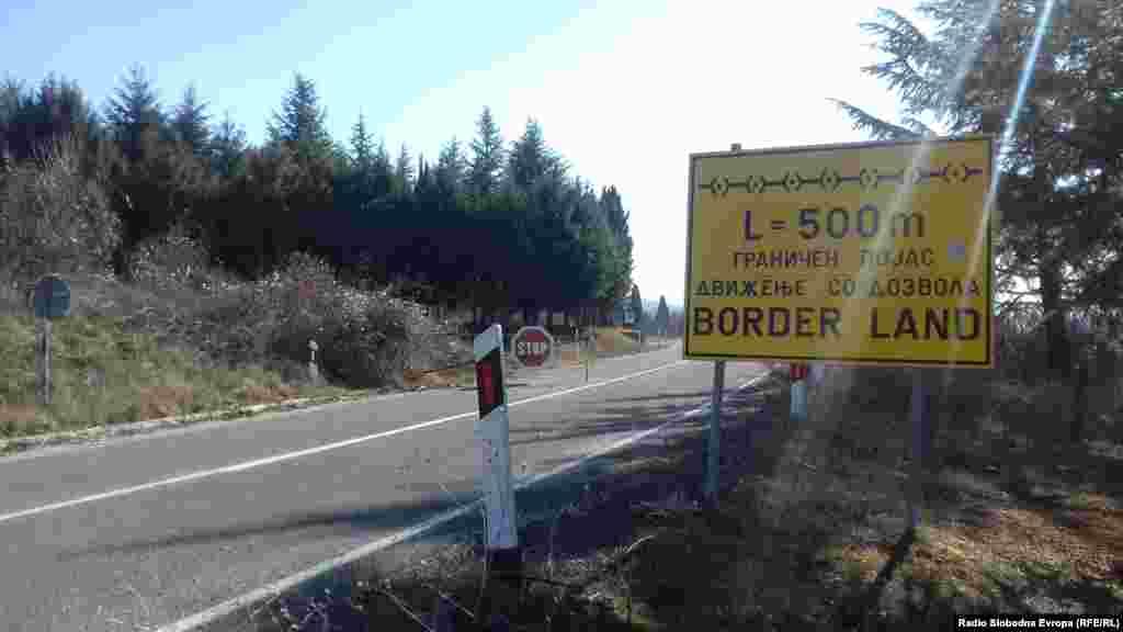 ГРЦИЈА / МАКЕДОНИЈА - Непознати лица отстраниле повеќе од 100 камени столбови за означување на границата меѓу Македонија и Грција, сопшти грчката полиција во Лерин. Се прецизира дека столбовите биле отстранети во ноќта меѓу четвртокот и петокот на дел од границата од 13 километри.