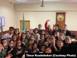 Люди, пришедшие в суд на рассмотрение апелляции Суинбике Сулейменовой, оштрафованной на съемку баннера «От правды не убежишь». Алматы, 16 мая 2019 года.